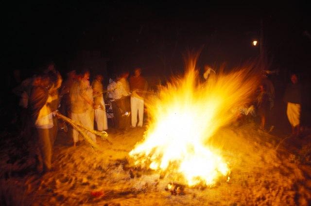 L'inizio della festa dei colori: all'alba intorno al fuoco. Rajasthan, India. Ph. Silvia Dogliani