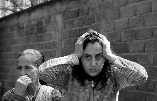 Donna Rom davanti all'ex penitenziario nel centro di Gurrakoc (Istok), Kosovo. Ph. Silvia Dogliani