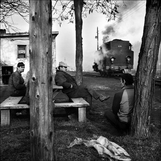 Macchinista, fuochista e guardiano in pausa. Linea ferroviaria Bosnia Herzegovina. Ph. Pietro Pietromarchi ©