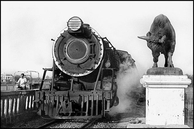 Locomotiva classe WP di produzione indiana, Western Railway – Gujarat. Il toro è stato posizionato all'estremità del ponte dagli inglesi a simboleggiare la potenza dell'Impero. Ph. Pietro Pietromarchi