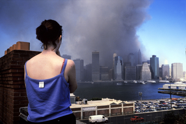 USA. New York City. September 11, 2001. View of Lower Manhattan from a Brooklyn Heights rooftop.  Ph. Alex Webb/Magnum Photos_640